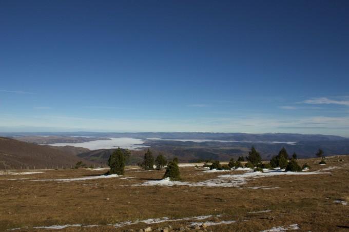 Paysage au sommet du Mont Aigoual, les Mont Lozére enneigés au loin